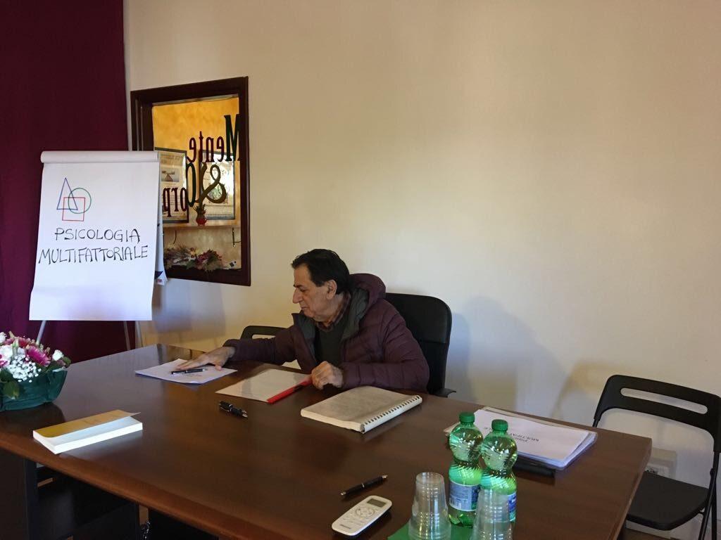 Il dott. Giulio De Cinti durante la presentazione dell'Associazione Psicologia Multifattoriale